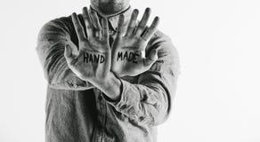 Hombre que muestra palabra hecha a mano en sus manos. Imagen de archivo libre de regalías