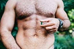 Hombre que muestra sosteniendo el paquete de píldoras Foto de archivo libre de regalías