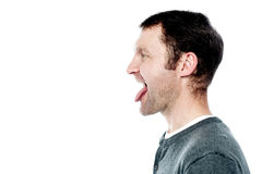 Hombre que muestra su lengua hacia fuera Fotos de archivo libres de regalías