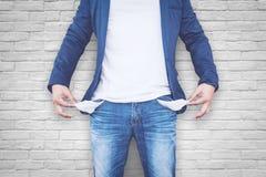 Hombre que muestra sus bolsillos vacíos Imágenes de archivo libres de regalías