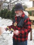 Hombre que muestra un juguete de madera afuera. fotografía de archivo libre de regalías