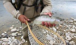 Hombre que muestra un pescado Fotos de archivo libres de regalías