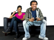 Hombre que no hace caso de la novia mientras que juega a los juegos video Fotos de archivo libres de regalías