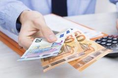 Hombre que ofrece 120 euros fotografía de archivo libre de regalías