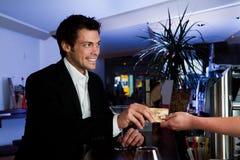 Hombre que paga con de la tarjeta de crédito Imágenes de archivo libres de regalías