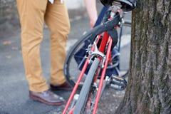 Hombre que parquea su bici en la ciudad Foto de archivo libre de regalías
