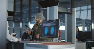 Hombre que pasa control biométrico en el contador metrajes
