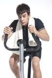 Hombre que pedal las bicis inmóviles Imagen de archivo libre de regalías