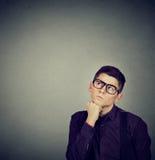 Hombre que piensa componiendo su mente que mira para arriba Imágenes de archivo libres de regalías