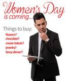 Hombre que piensa en la lista de regalo del día de la mujer Imagenes de archivo
