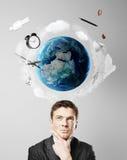 Hombre que piensa en viaje Imagen de archivo libre de regalías