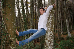 Hombre que piensa y que se relaja en árbol Imagenes de archivo