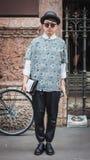 Hombre que plantea a los desfiles de moda exteriores de Byblos que construyen para la semana 2014 de la moda de Milan Women Foto de archivo libre de regalías