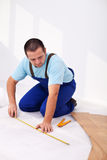 Hombre que pone el suelo laminado foto de archivo libre de regalías