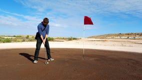 Hombre que pone en Coober Pedy Golf Course Fotos de archivo libres de regalías