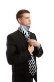 Hombre que pone en la corbata Imágenes de archivo libres de regalías