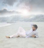 Hombre que pone en la playa Imagenes de archivo