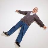 Hombre que pone en la tierra con los brazos outstretched Fotografía de archivo