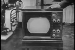 Hombre que pone su mano en la TV retra metrajes