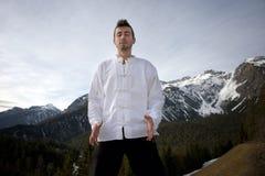 Hombre que practica artes marciales Imagenes de archivo