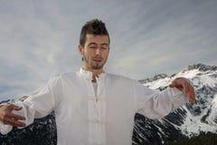 Hombre que practica artes marciales Foto de archivo libre de regalías