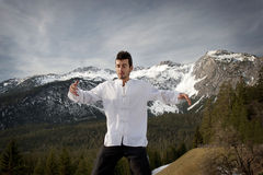 Hombre que practica artes marciales Fotografía de archivo libre de regalías