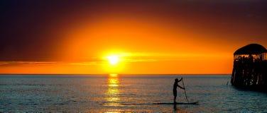 Hombre que practica surf de la paleta Foto de archivo