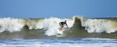 Hombre que practica surf el Atlántico Imagenes de archivo