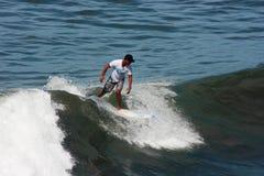 Hombre que practica surf el complejo de la porción de Tanah de las ondas Fotografía de archivo libre de regalías