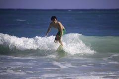 Hombre que practica surf en Hawaii Imágenes de archivo libres de regalías