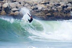 Hombre que practica surf en una onda en Santa Cruz California imagenes de archivo