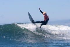 Hombre que practica surf en una onda en Santa Cruz California Fotos de archivo libres de regalías