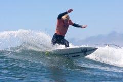 Hombre que practica surf en una onda en Santa Cruz California Fotografía de archivo