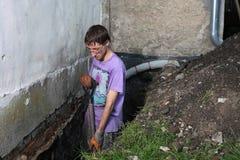 Hombre que prepara el agujero en tierra Fotografía de archivo