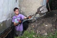 Hombre que prepara el agujero en tierra Imagenes de archivo