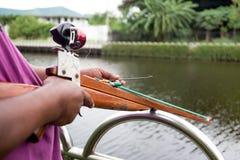 Hombre que prepara el speargun para Spearfishing imágenes de archivo libres de regalías