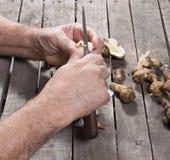 Hombre que prepara la alcachofa imágenes de archivo libres de regalías
