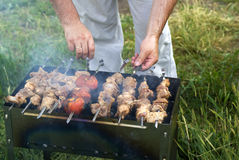 Hombre que prepara la carne Foto de archivo libre de regalías