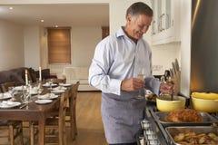 Hombre que prepara la comida en el país fotografía de archivo libre de regalías