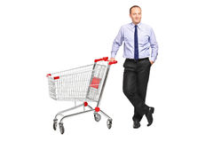 Hombre que presenta al lado de las compras vacías c Imágenes de archivo libres de regalías