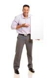 Hombre que presenta al tablero blanco Fotos de archivo libres de regalías