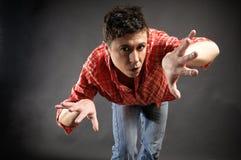 Hombre que presenta como si se zambulla en aire Foto de archivo libre de regalías