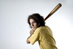 Hombre que presenta con el bate de béisbol - horizontal Imagen de archivo