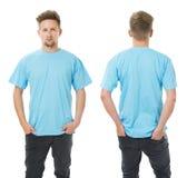 Hombre que presenta con la camisa azul clara en blanco Imagenes de archivo