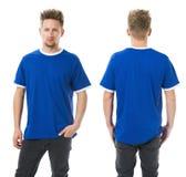 Hombre que presenta con la camisa azul en blanco Foto de archivo libre de regalías