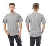 Hombre que presenta con la camisa gris en blanco Fotos de archivo