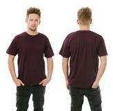 Hombre que presenta con la camisa púrpura oscura en blanco Imagen de archivo libre de regalías