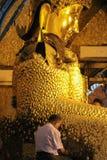 Hombre que presenta el ofrecimiento a Buda de oro Fotografía de archivo