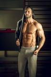 Hombre que presenta en gimnasio Foto de archivo libre de regalías