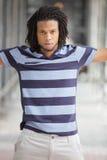 Hombre que presenta en una camisa rayada Foto de archivo libre de regalías